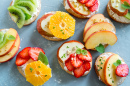 Sandwiches de fruits avec de la ricotta